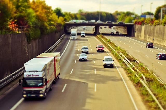 高速道路とトラック